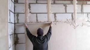 Штукатурка стен своими руками: расчёты, растворы, выставление маяков, техника нанесения. Обучающее видео.